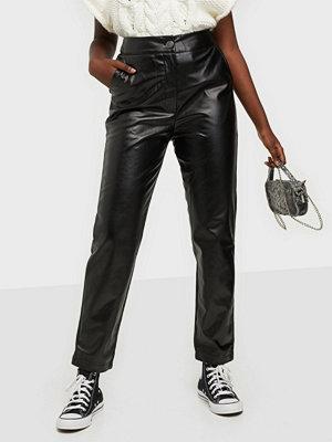 Missguided svarta byxor Faux Leather Pleat Front Trouser