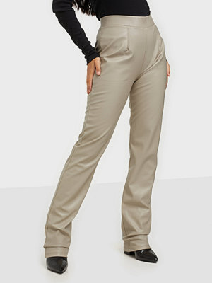 NLY Trend omönstrade byxor Pu Tailored Pants