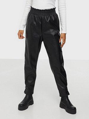 Only svarta byxor Onldavina Faux Leather Track Pant Black