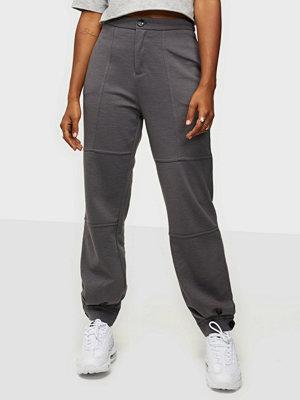 Vero Moda grå byxor Vmzelda H/W Sweat Combat Pant SB8