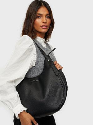Calvin Klein svart väska CK EVERYDAY HOBO MD
