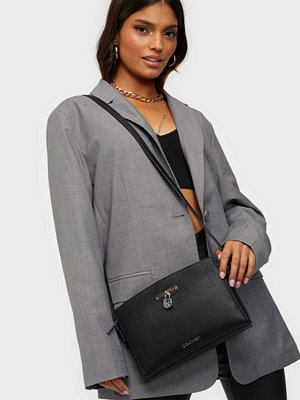 Calvin Klein svart väska DRESSED BUSINESS EW CROSSBODY