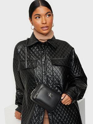 Calvin Klein Jeans svart väska CAMERA BAG W/PCKT