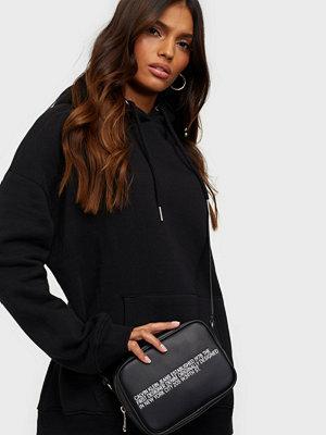 Calvin Klein Jeans svart väska med tryck CAMERA BAG