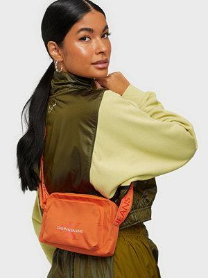 Calvin Klein Jeans röd väska CAMERA BAG W/PCKT