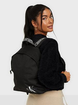 Calvin Klein Jeans svart väska ROUND BP35