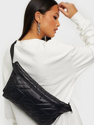Eastpak svart väska Puffa Bum