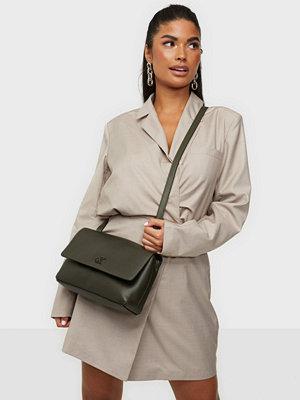 Calvin Klein omönstrad väska EW FLAP XBODY