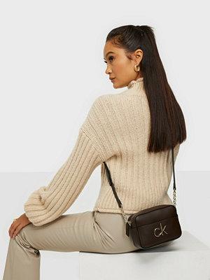 Calvin Klein omönstrad väska CAMERA BAG W/PCKT