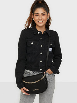 Calvin Klein svart väska SADDLE BAG W/CHAIN