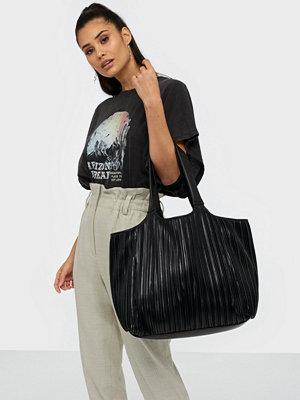 NLY Accessories svart väska Pretty Pleats Bag