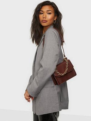 Glamorous omönstrad väska Glamorous Acrros Body Bag With Chain