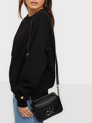 Calvin Klein väska CAMERA BAG W/PCKT