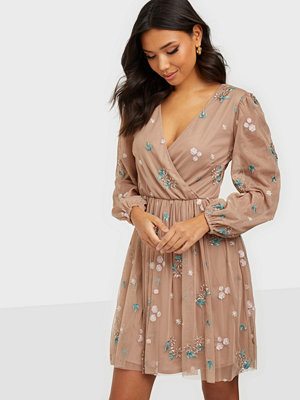 Festklänningar - Maya All Over Embroidered Long Sleeve Wrap Mini
