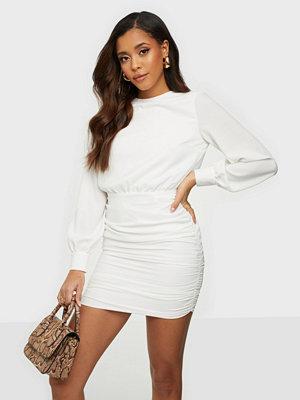 Festklänningar - NLY Trend Open Back Ruche Dress
