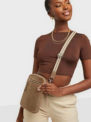 Only brun väska ONLGRACE SUEDE CROSSOVER BAG