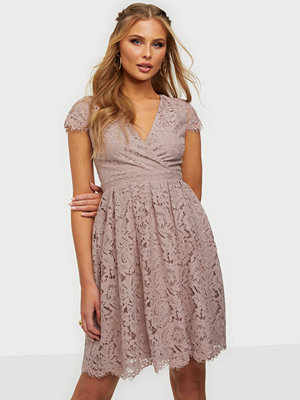 Festklänningar - NLY Trend Lace Wrap Midi Dress