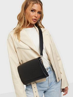 NLY Accessories svart väska Favorite Crossbody Bag