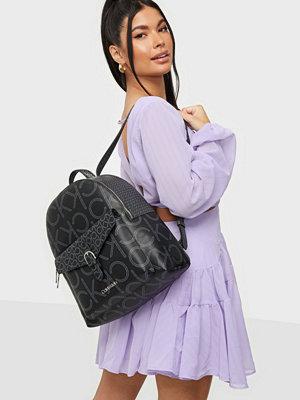 Calvin Klein svart väska med tryck BP W/PCKT MONO SCL