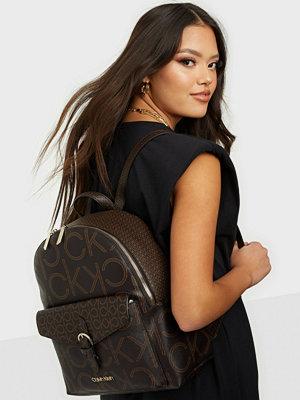 Calvin Klein väska med tryck BP W/PCKT MONO SCL