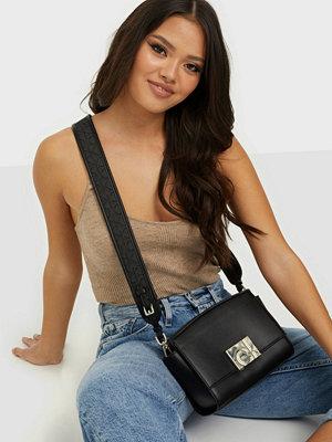 Calvin Klein svart väska EW XBODY W/ZIP JQ STRAP