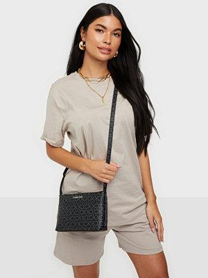 Calvin Klein svart väska med tryck EW XBODY MONOGRAM