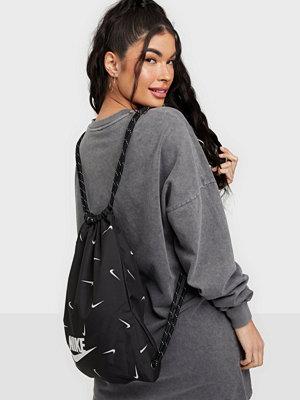 Nike svart väska med tryck NK HERITAGE GMSK - AOP1