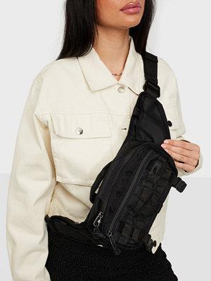Nike svart väska NK RPM WAISTPACK