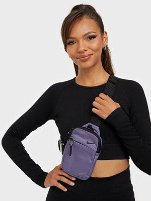 Nike omönstrad väska NK SPRTSWR ESNTL CRSSBDY