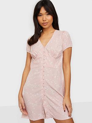 Glamorous Nelly x Glamorous Short Sleeve Dress