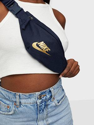 Nike marinblå väska NK HERITAGE HIP  PACK - SMALL