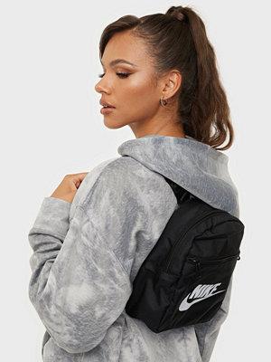 Nike svart väska med tryck W NSW FUTURA 365 MINI BKPK