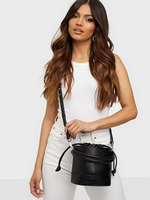 Tommy Jeans svart väska TJW Femme Bucket Bag