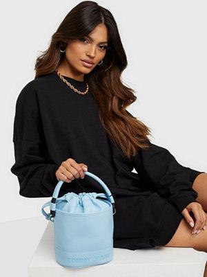 Tommy Jeans himmelsblå väska TJW Femme Bucket Bag