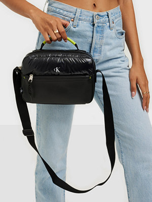 Calvin Klein väska SPORT ESSENTIAL CAMERA BAG PUF