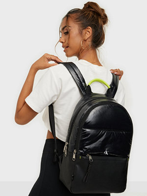 Calvin Klein svart väska SPORT ESSENTIAL CAMPUS BP40 PUF