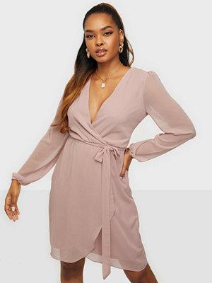 Festklänningar - NLY Trend Wrapped Midi Dress