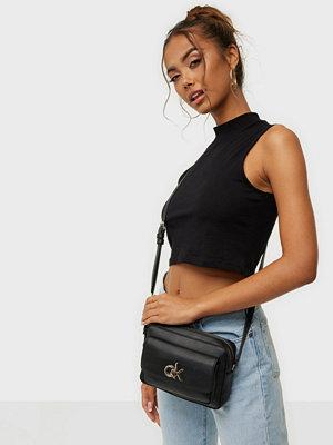 Calvin Klein svart väska RE-LOCK CAMERA BAG W/FLAP