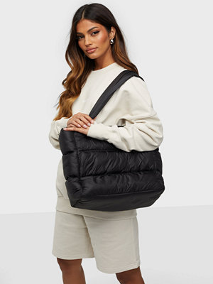 Gina Tricot svart väska Sofia padded bag