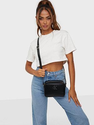 Calvin Klein väska CK QUILT CAMERA BAG