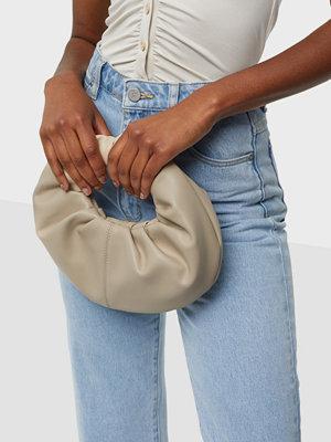 NLY Accessories omönstrad väska My Mini Croissant Bag