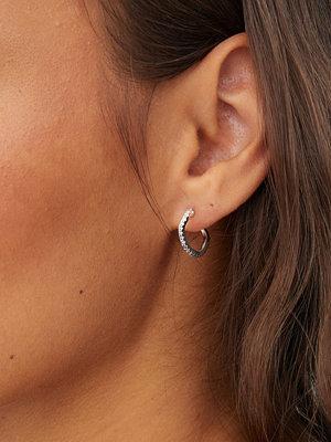 Cornelia Webb smycke GRADIENT GREY PAVE HOOP EARRING