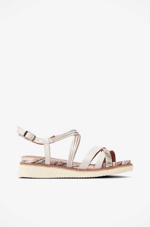 Sandal med korslagda remmar