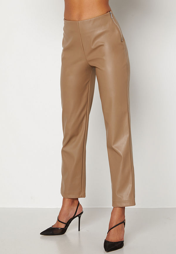 Bubbleroom beige byxor Pailin cropped PU trousers Brown