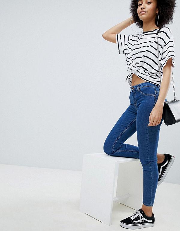 Bershka Jeans med push-up och extra smal passform Mellanblå