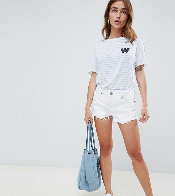 ASOS Petite Alvey Vita jeansshorts med medelhög midja och rå fåll