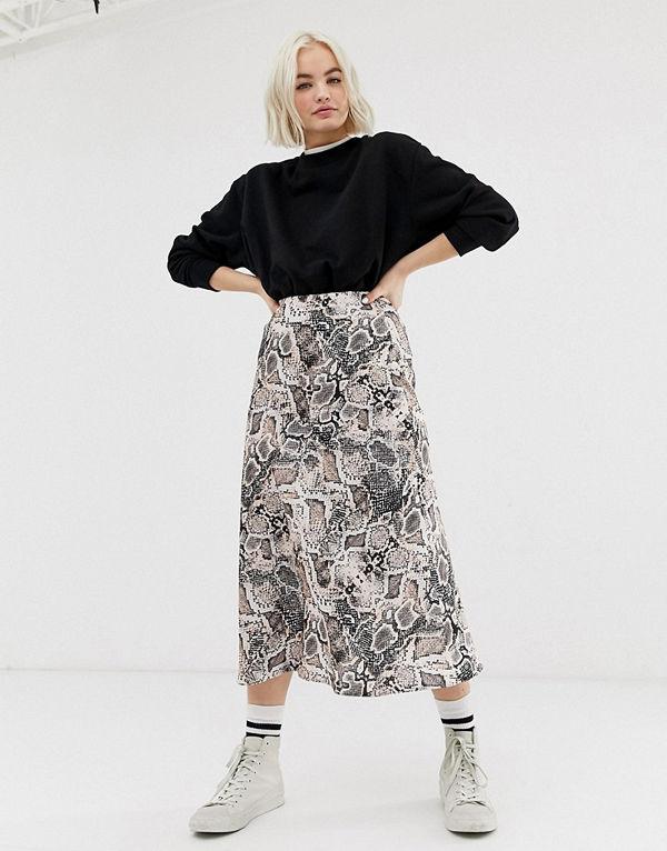 New Look Ormmönstrad midikjol i satin Grått mönster