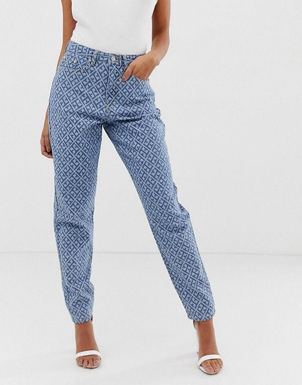 Missguided Mom jeans i ljusblå tvätt med hög midja och mönster med logga Ljusblå