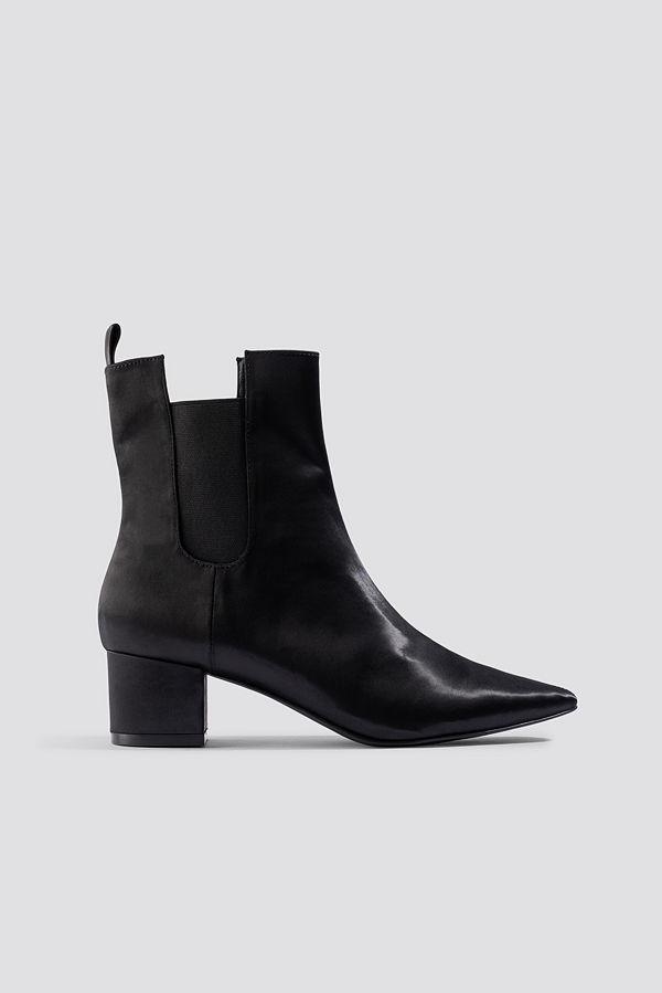 Emilie Briting x NA-KD Satin Ankle Boots svart