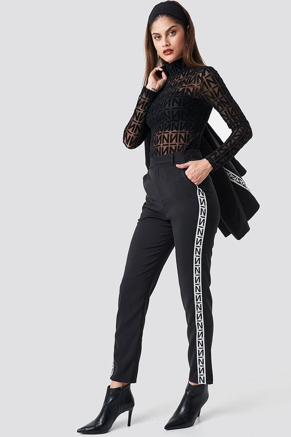 NA-KD Trend svarta byxor med tryck N Branded Suit Pants svart